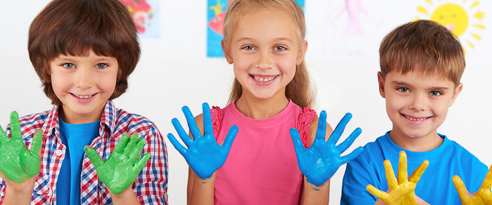 kids_painted_hands_960
